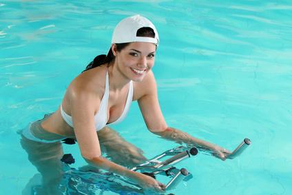 Aquabikeuse dans une piscine