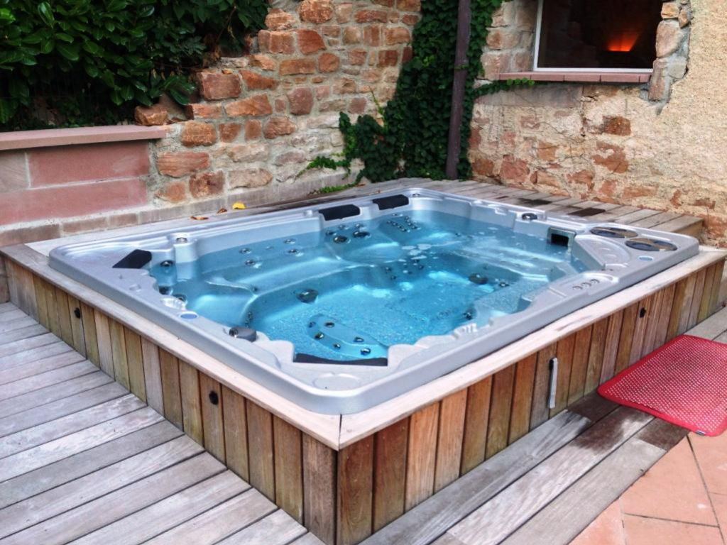 installer une piscine ou un spa dans un petit jardin piscine shop. Black Bedroom Furniture Sets. Home Design Ideas