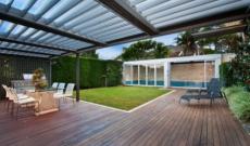 Pergola bioclimatique et piscine : une idée aménagement tendance