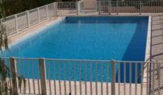 Assistante maternelle à domicile avec une piscine